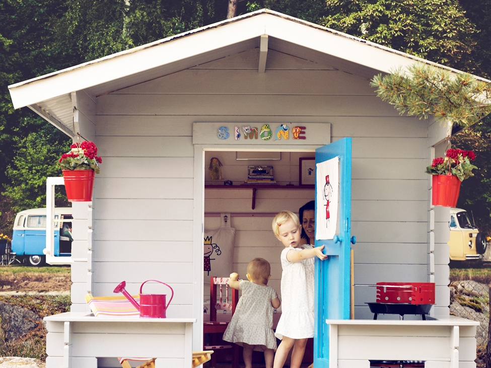 Children playing in in a white painted playhouse in the garden. Nouryon' s portfolio included thickeners, stabilizers, water retaining agents, lightweight fillers and more for water-based decorative paint and coating formulations.